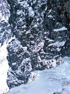 trzeci wyciąg ze stanowiska nr 3: widoczna półka odchodząca w lewo na krawędź filarka z kosówką (linia wariantu Łącki-Uszyński) oraz trawers w prawo ku płycie