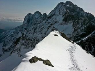 grań tuż pod szczytem, w tle Kieżmarskie Szczyty, Durny i Łomnica