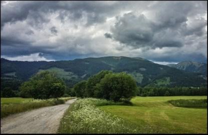 Chmury u wylotu doliny Raczkowej.