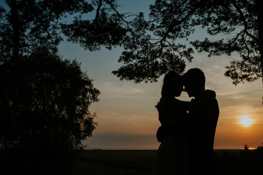 plener ślubny przy zachodzie słońca