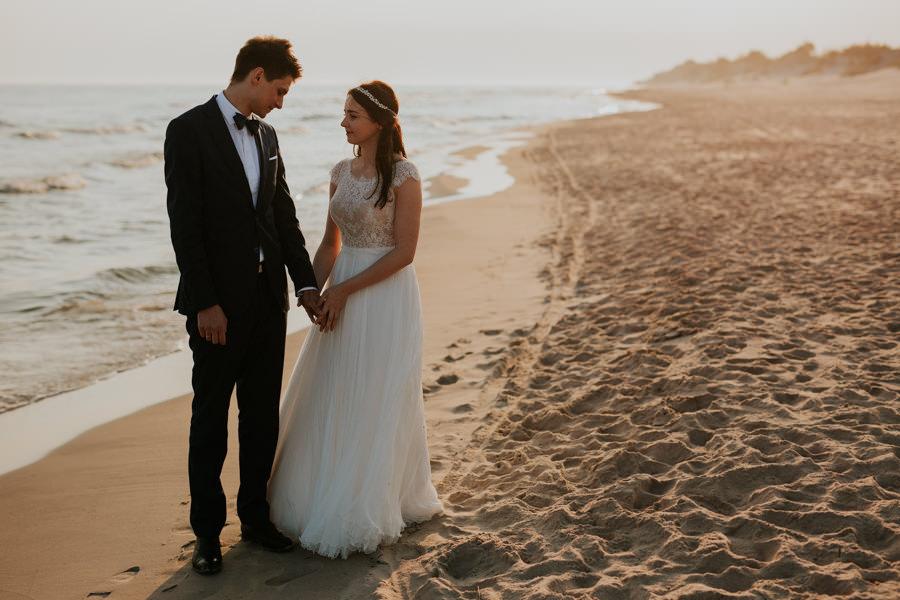 eleganckie zdjęcia ślubne na plaży ze smakiem