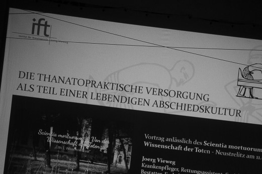 Jörg Vieweg berichtete über seine Arbeit als Thanatologe.