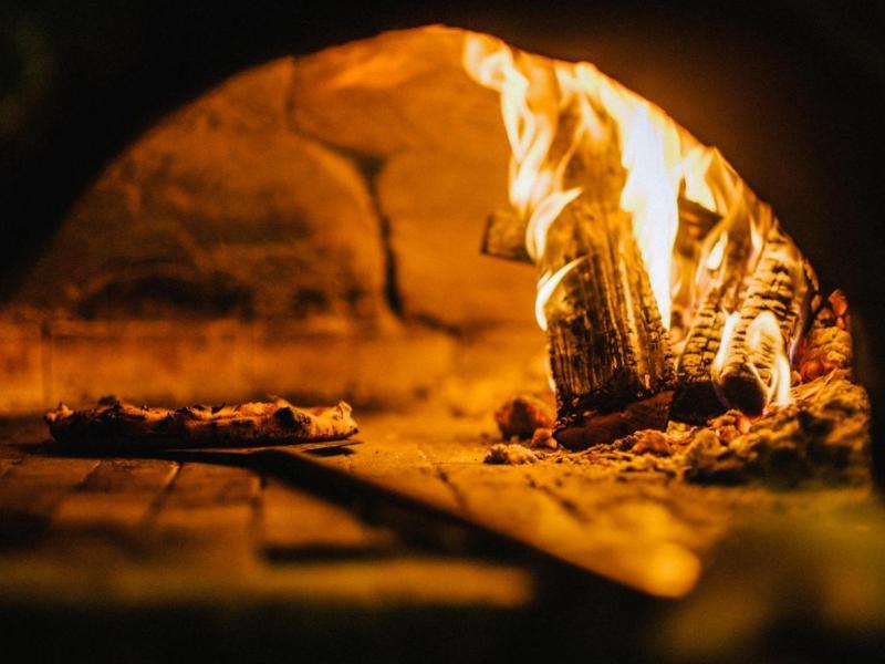 Napoli è la regina della pizza cotta nel forno a legna