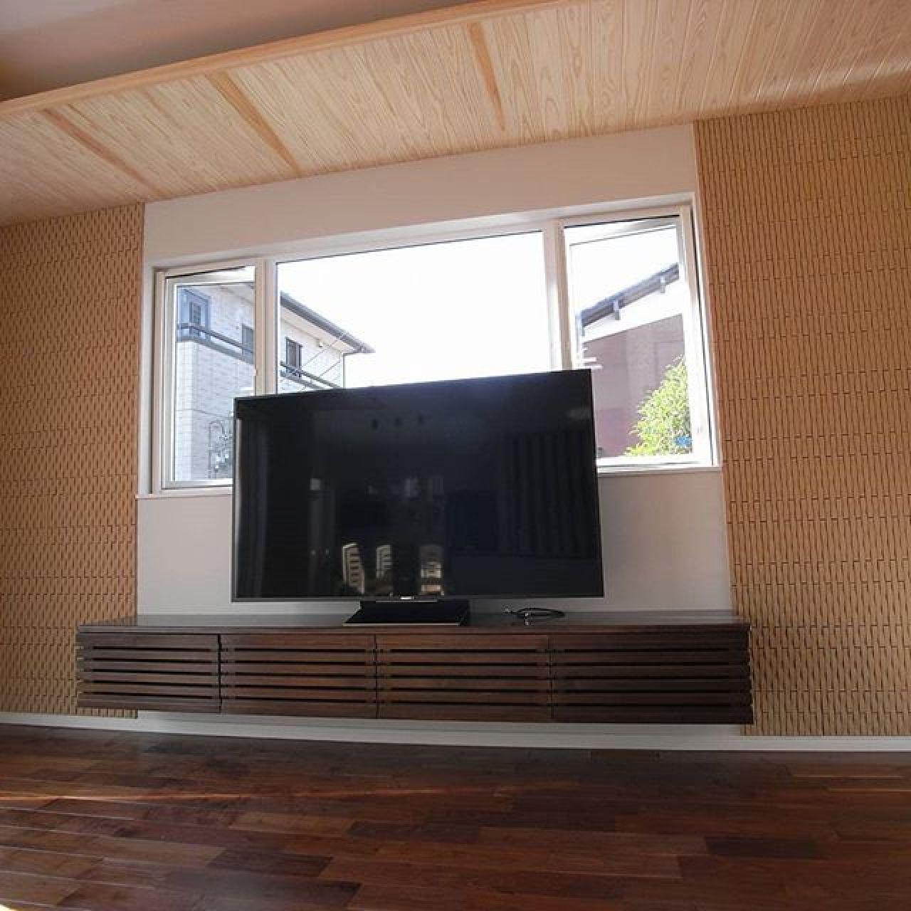 幅250cmの65インチ?テレビの造り付けテレビ台、リビングボード。両サイドにエコカラットタイルを貼って栃木県産材の杉板で間接照明用に天井を追加。家具屋さんやネットでさんざん探されたそうですが、このサイズでお気に召すものが無かったので、お客様自らデザインされて依頼。この程度なら大工さんでOK。#テレビボード #テレビ台 #リビングボード #エコカラット #間接照明 #ブラックウォールナット #ウィンコール#自然素材 #造り付け家具 #作り付け家具 #注文住宅 #栃木県産#杉 #グリーン化事業#補助金