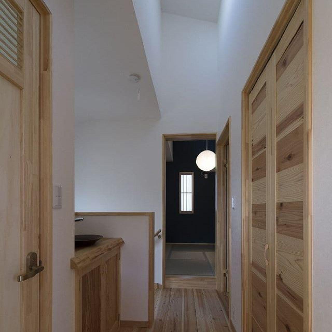 暗くなりがちな北側のホールでも天井を高くして北側からの採光をとればこんなに明るくなります。左手にトイレのドア、並びに手洗いコーナー、正面が畳コーナー、右手にファミリークローゼット。#自然素材住宅 #杉板 #ファミリークローゼット #オリジナル建具 #手作り#採光の工夫#造作洗面台 #注文住宅 #ナチュラル #和モダンな家