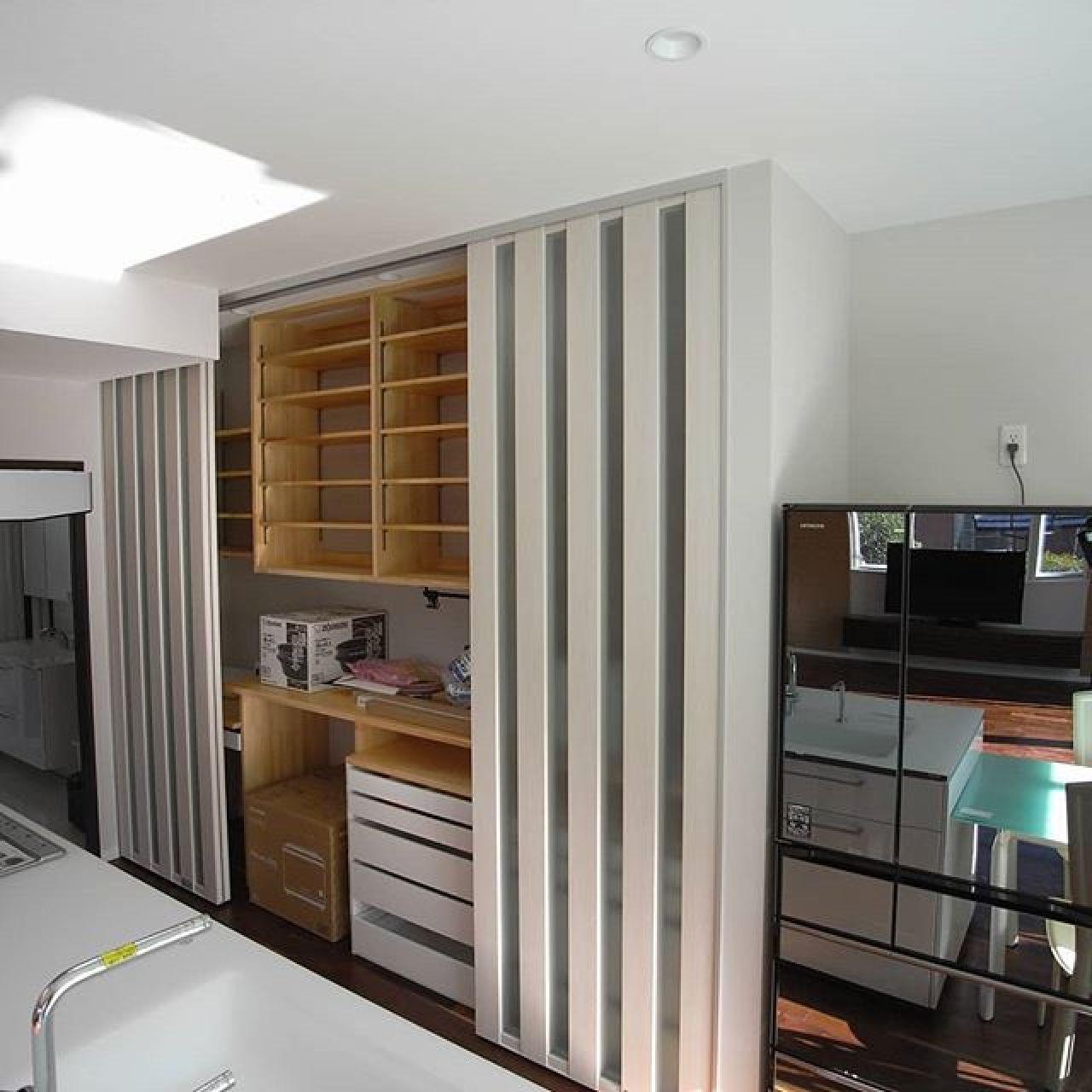 キッチンの造り付け食器棚兼システム収納。大工さんに棚を作ってもらい、正面に間仕切り用のスクリーンパーティションを設置する事で一体感を保ちかつ大容量の収納を実現。#スクリーンパーテーション #キッチン #造り付け家具 #食器棚収納 #注文住宅