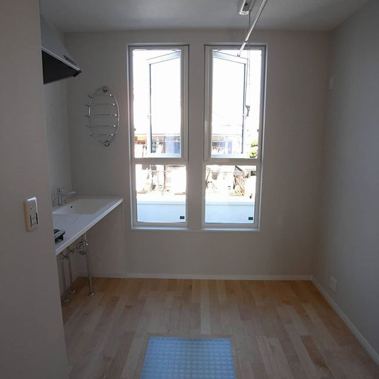 2階ホール。室内干しに上下昇降するポールを設置。洗面化粧台兼用のミニキッチン。グレーチング床。メープル無垢の床フローリング。#自然素材 #無垢フローリング #メープル #ミニキッチン #2階