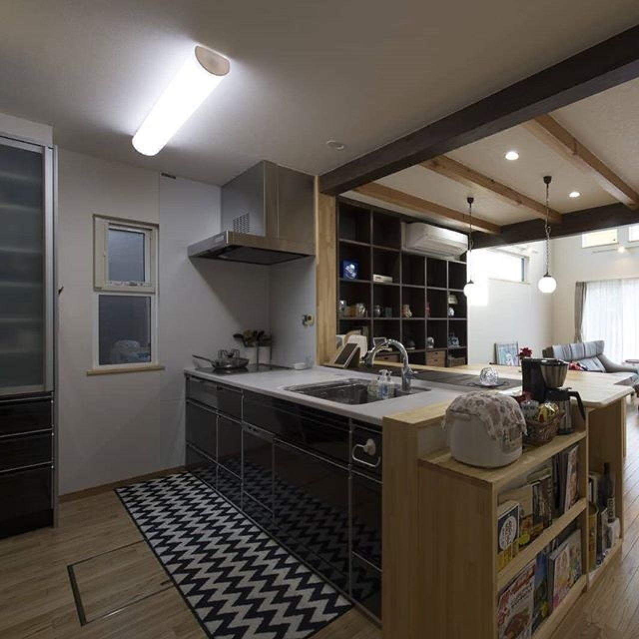 キッチンカウンターと一緒に造り付けたカウンター収納。炊飯器をどうしてもこの位置に置きたいとのたってのご要望。キッチン、ダイニング、どちらからも使えてとっても便利だそうです。#カウンター収納 #カウンターキッチン #造り付け #タカラスタンダード #エコシャワー#キッチン #i型キッチン #吊り戸棚 #apw #樹脂窓 #トリプルガラス