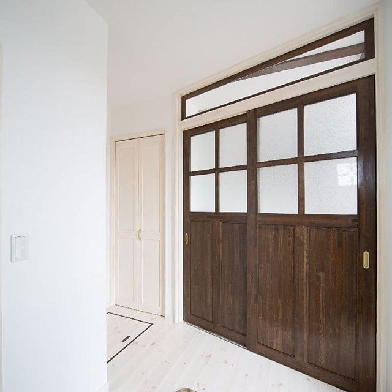 カントリー調の玄関ホール。手造り感をだしています。#玄関ホール #手造り建具 #手造りドア #カントリー調 #アメリカン #白い床 #自然素材住宅 #注文住宅新築
