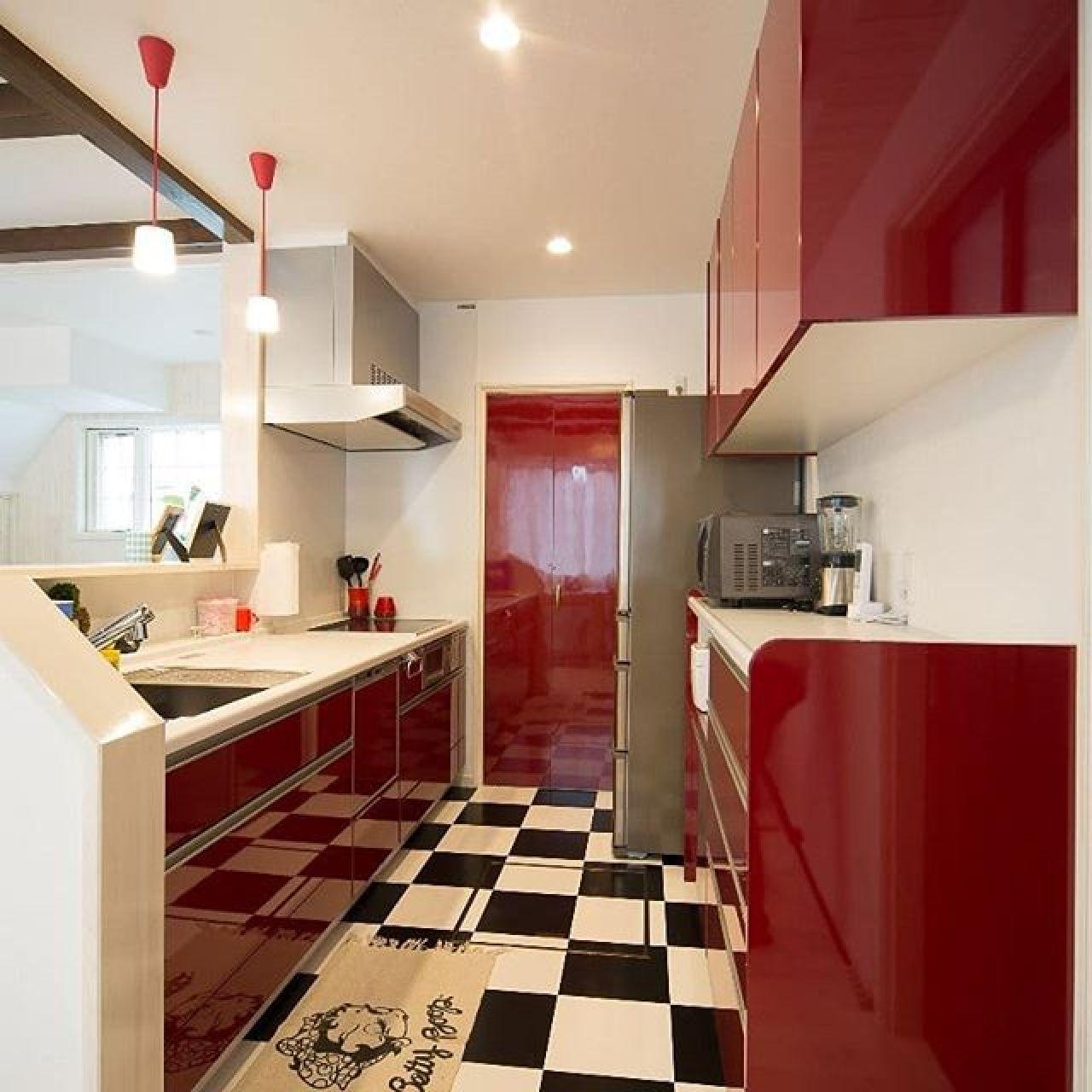 真っ赤なシステムキッチン。正面奥は食品庫。このドアも真っ赤にすることでかなりビビッドな雰囲気に。#システムキッチン #赤 #pタイル #食品庫 #食器棚 #対面キッチン #自然素材 #ビビッドカラー #注文住宅 #住ま居る #タカラスタンダード #ホーロー #オフェリア