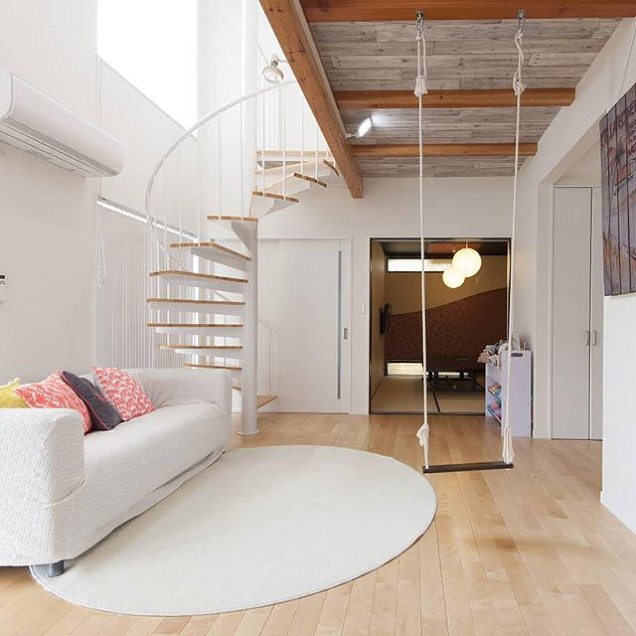 リビングに螺旋階段、ブランコを設置した遊び心満載の家。#ブランコ #螺旋階段 #化粧梁 #リビング #吹き抜けリビング #吹き抜け階段 #高気密住宅 #高断熱住宅 #外張り断熱 #自然素材の家 #注文住宅新築
