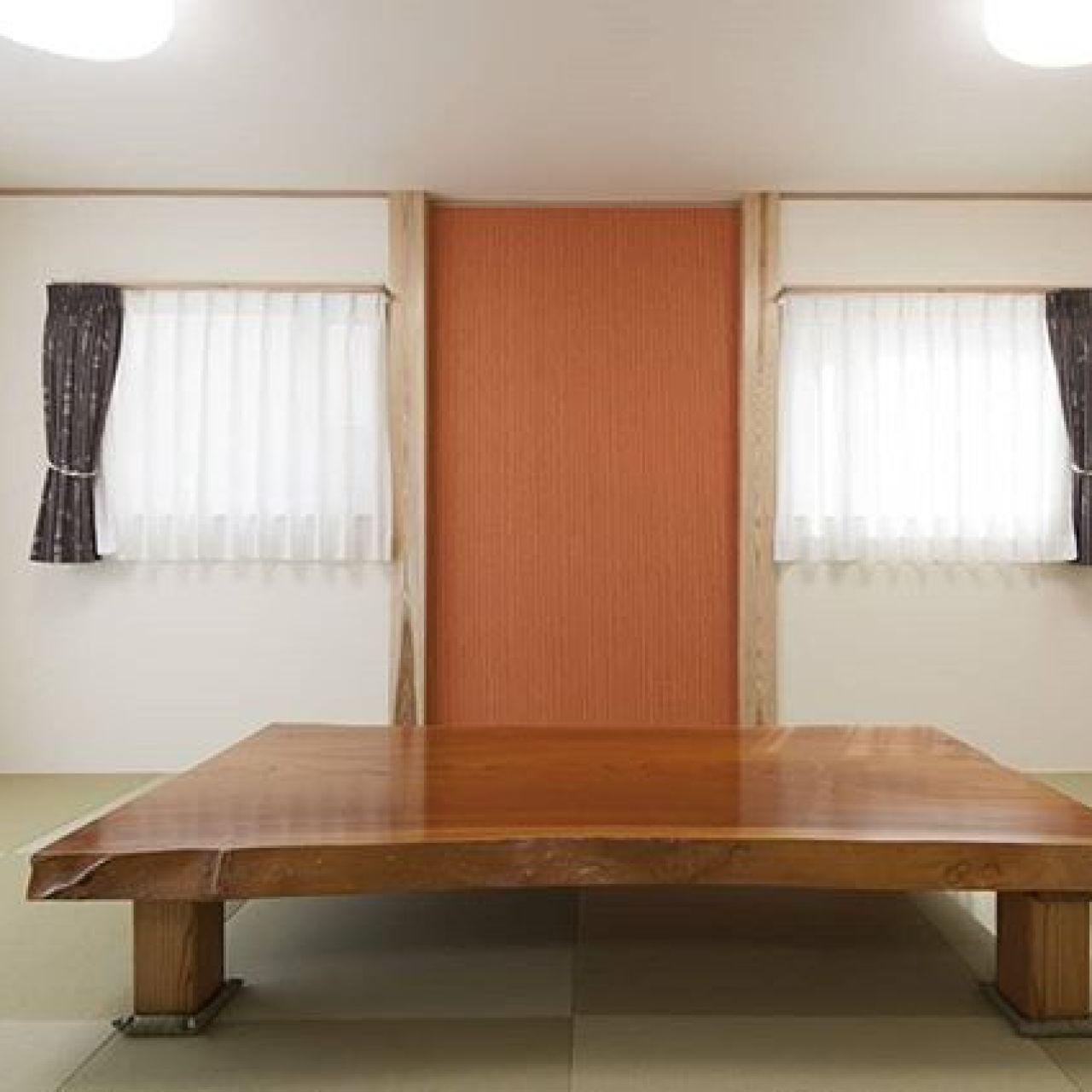 モダン和室に無垢の板のテーブル。#モダン和室 #和室#スイス漆喰#漆喰#無垢板#テーブル#座卓#自然素材#化粧柱#左官壁#注文住宅