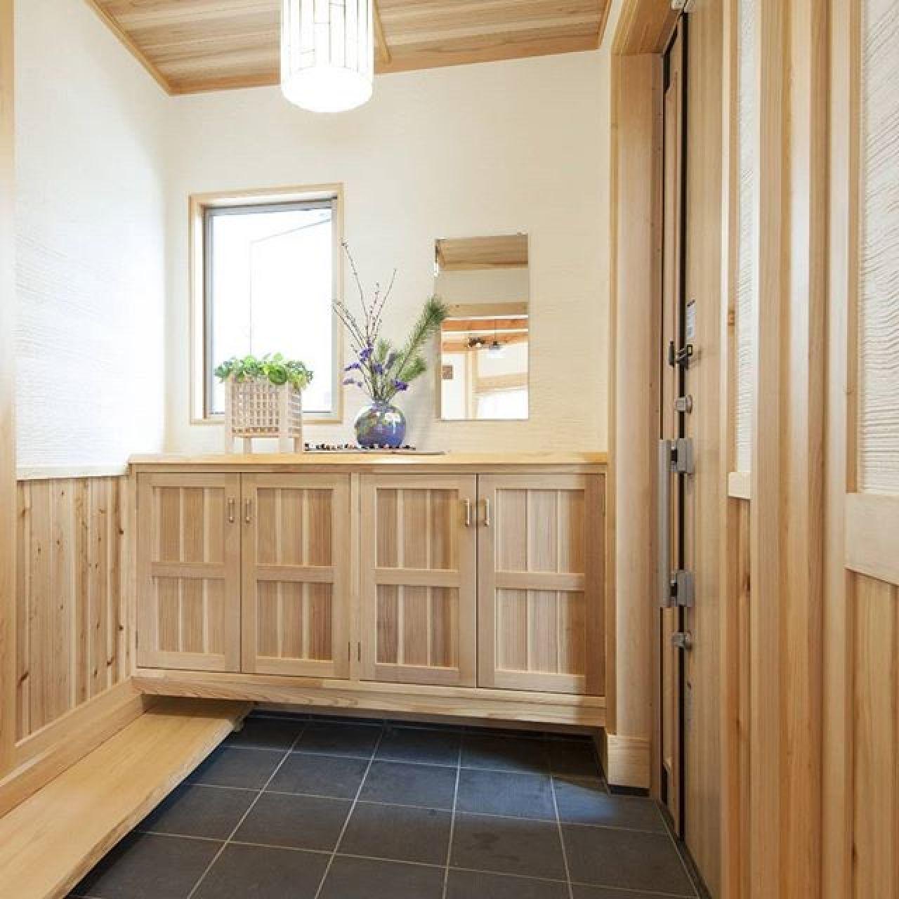 木と土とタイルの和な玄関。#玄関#ホール#玄関ホール #杉#珪藻土#あとぴっこ #手造り #オリジナル建具 #造作下駄箱 #和モダン#自然素材#注文住宅