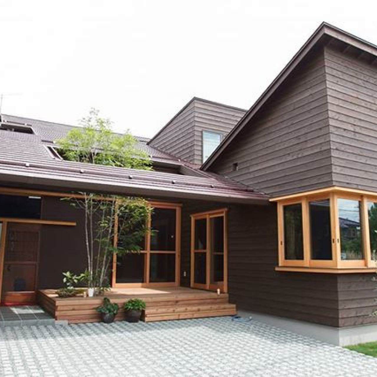 ダイナミックな屋根。自然素材なつくりなのに素朴さよりも先進的に感じる外観。#杉板張り #造作窓 #木枠窓 #niko設計#ニコ設計 #デザイン#自然素材 #注文住宅