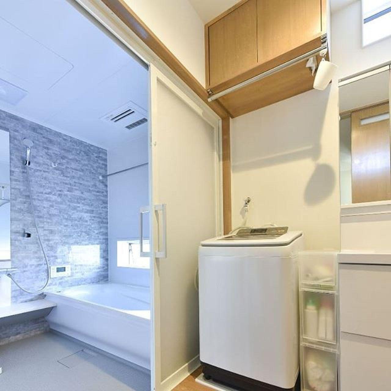 洗濯機の上にハンガーパイプ。吊り戸棚の右下にはティッシュのようなタオル出しで一工夫。とっても便利だそう。珪藻土の塗り壁と三菱ムーブアイで室内干しも完璧。#造作#造り付け#珪藻土#室内干し#洗面脱衣室#窓#採光#サーモス #自然素材#調湿作用 #調湿効果 #注文住宅