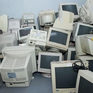 Monitores descartados no Cedir (Centro de Descarte e Reuso de Resíduos de Informática), da USP