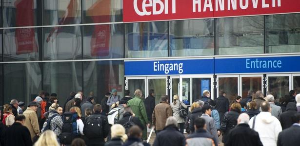 Visitantes entram no pavilhão de exposição da Cebit 2011, em Hanover, na Alemanha