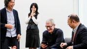 Appleのティム・クックCEOが来日、任天堂で『スーパーマリオラン』をテストプレイ