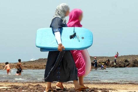 """الزمزمي: سباحة المرأة بلباسها جائز و""""بعض الشَرِّ أهونُ من بعض"""""""