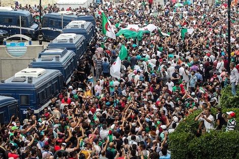 حشود جزائرية تتحدى الحواجز وتصيح الشعب يريد إسقاط صالح
