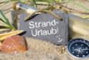 Kreidetafel mit Flaschenpost Strandurlaub