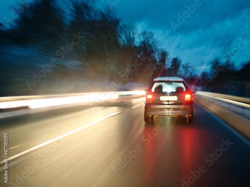 Auto bei Nacht im Gegenverkehr