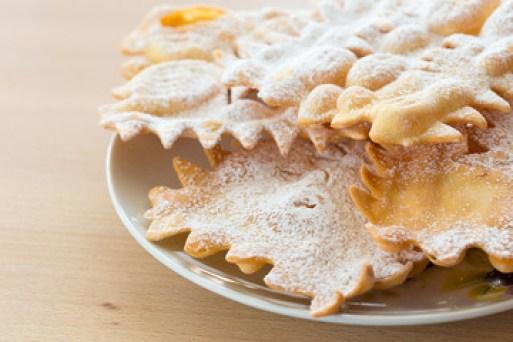 Le Chiacchiere sono dolci tipici di carnevale, friabili e croccanti spolverati di zucchero a velo