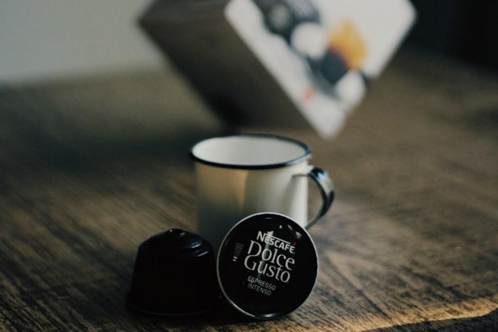 La cafetera Nescafé Dolce Gusto Piccolo XS es pequeña y eficiente