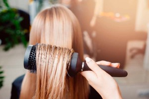 Cabello liso y sin frizz: los mejores cepillos alisadores para cabellos rebeldes