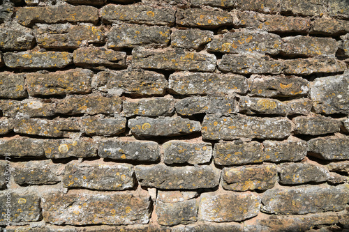 Mediterrane Gartengestaltung oder Hintergrund: Alte Bruchsteinmauer