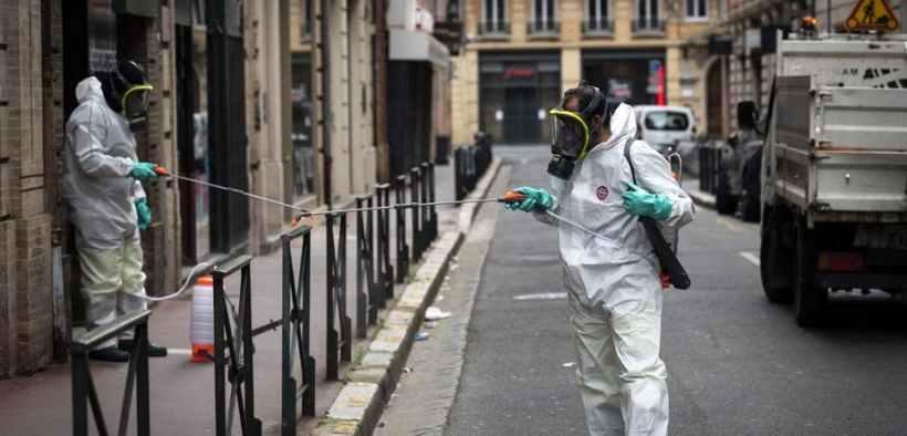 À Toulouse, le 6 avril 2020. Des agents municipaux désinfectent le mobilier urbain. Lionel Bonaventure/AFP