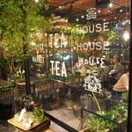 青山フラワーマーケット ティーハウス - お花屋さんの奥にカフェあります