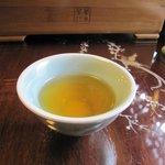 華泰茶荘 - 一杯目、まだ浅いお茶の色ですね