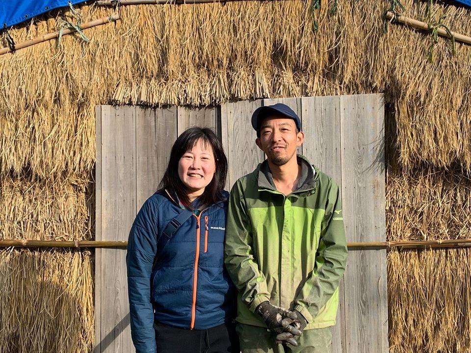 独活小屋の前に立つ中井夫妻