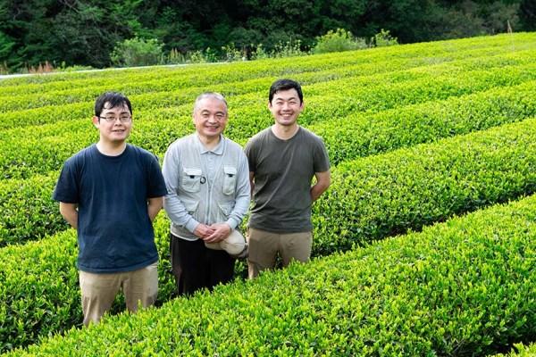 中央: 社長の脇斗志也さん 右: 専務の脇純樹さん 左: 脇拓也さん