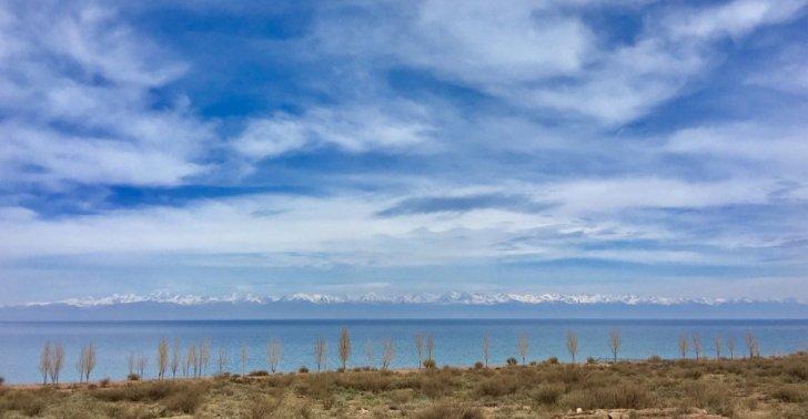 南岸から望むイシク・クル湖
