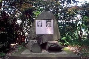 ケンペルとバーニーの碑