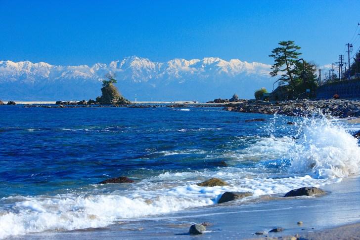 雨晴海岸から眺めた富山湾越しの立山連峰