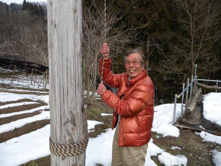 ハイジ・ホフの毛谷村オーナーの手にするロープが対岸の恩柱(「HESO・へそ」)と繋がっています