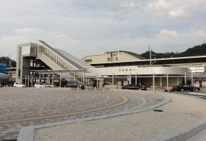 1280px-Maibara-station-west-entrance_20110731