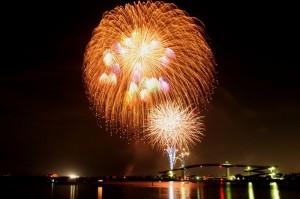 海上に上がる花火