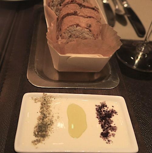 パンとオリーブオイルの画像