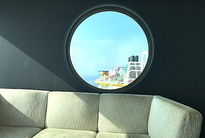 パームコートの丸窓からの景色の画像