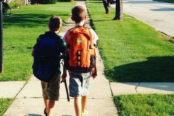 تأثير الحقيبة المدرسية على الطفل طبيبي