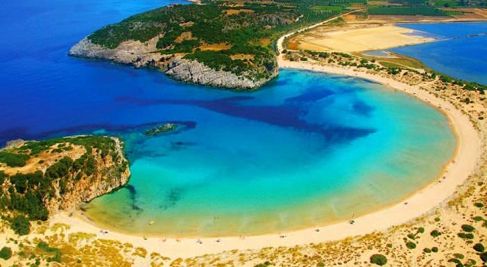 Ω(オメガ)型した超美形なビーチ。ギリシャの『ヴォイドキリアビーチ』