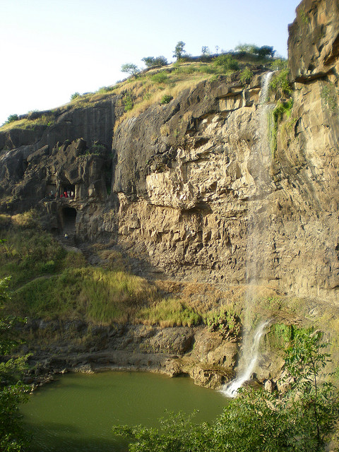 On n'a pas pu s'empêcher de descendre près de l'eau. Au fond à gauche, la dernière grotte.