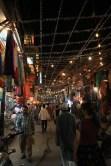 Au bazar devant la New Delhi Station. Juste avant la fête de Diwali, tout est décoré