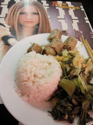 buffet avec riz, nem, légumes sautés