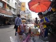 vendeur de khao pad (nouilles de riz sauté) dans Khao San Rd., entre 20 et 30 BTH. カオ・パット売りのお兄さん。