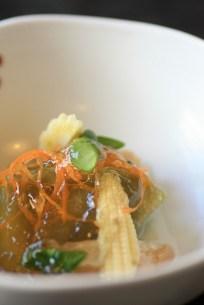 Légumes d'été froids dans une sauce en gelée